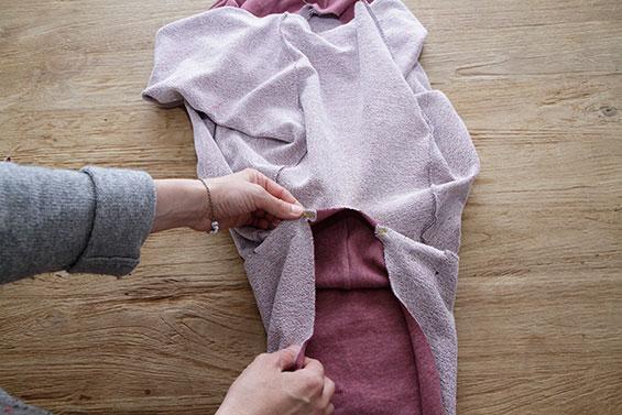 4) Ärmel von der Bohrlochmarkierung bis zur Bohrlochmarkierung in das Armloch setzen. Nahtzugaben zusammen mit Zickzackstich versäubern.