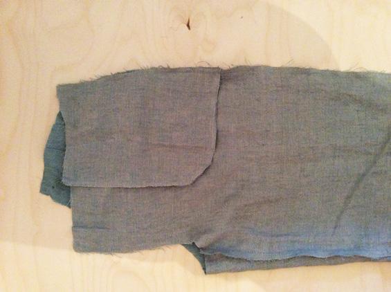8) Vorderhosen jeweils rechts auf rechts gegen Hinterhosen legen. Seitennähte stecken und schließen. Nahtzugaben zusammen mit Zickzackstich versäubern und in Richtung Hinterhose bügeln.