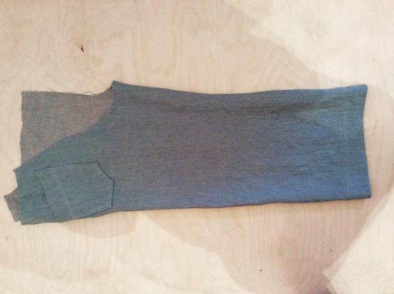10) Innenbeinnähte stecken und schließen. Die Nahtzugaben zusammen mit Zickzack- stich versäubern und in Richtung Hinterhose bügeln.