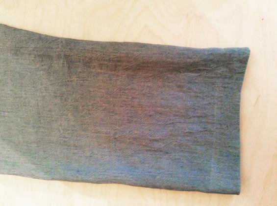 9) Die Hosensäume mit Zickzackstich versäubern und bei 5 cm (siehe Markierung) nach oben vorbügeln. Wieder nach unten klappen.