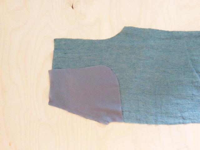 6) Futtertaschenbeutel rechts auf rechts ge- gen Tascheneingriff vom Vorderteil stecken (beachte Markierung).
