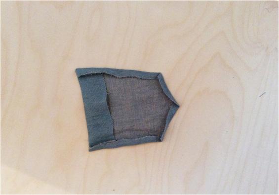 3) Taschen auf Hinterhose nähen: Dafür zunächst den Taschenbeleg einschlagen, bügeln und von rechts bei 5 cm absteppen. 4) Taschenaußenkanten rundum 1 cm einschlagen und bügeln.