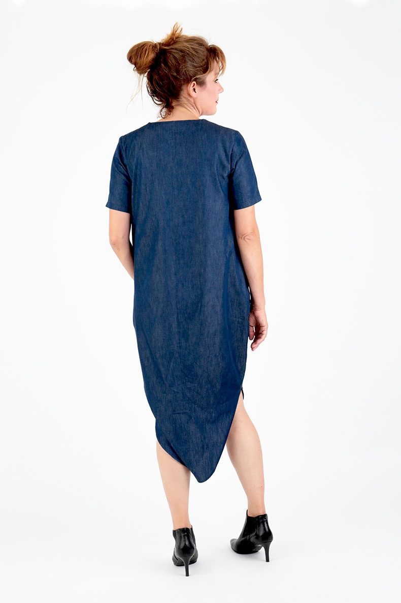 Sewing Pattern Cocoon Dress Trine - in leichtem Denim genäht, von hinten